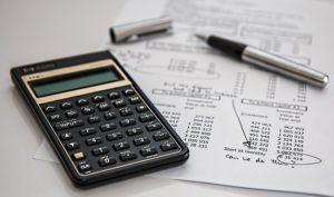 Feuille de compte avec calculatrice et stylo